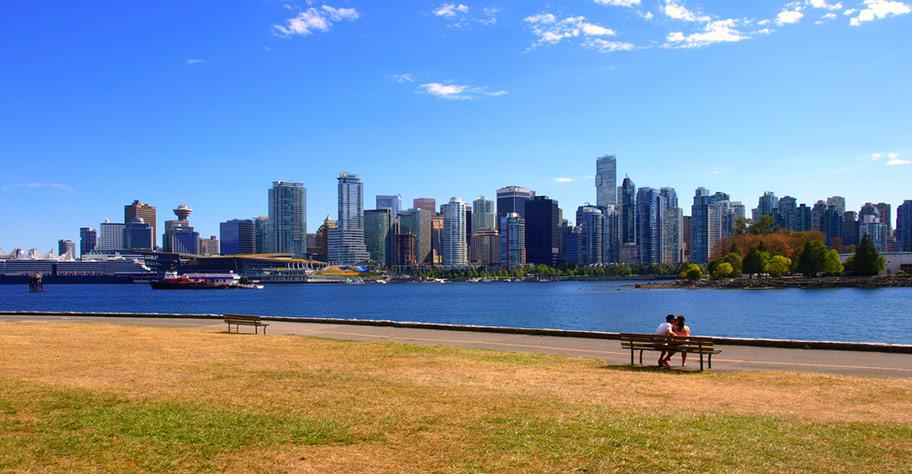 Flitterwochen in Vancouver Kanada Liebespaar auf Bank