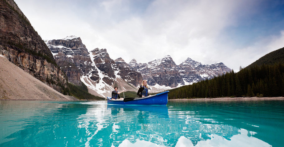 Honeymoon Kanada Paar im Kanu auf See